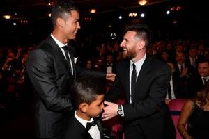ប៉ះគ្នាទៀតហើយ! Messi និង Ronaldo ជាប់ក្នុងបញ្ជីឈ្មោះកីឡាករដែលត្រូវប្រជែងយកពានរង្វាន់ កីឡាករបុរសល្អបំផុតរបស់ FIFA ប្រចាំឆ្នាំ២០២០