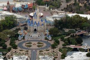 ឥទ្ធិពលរដូវកាលកូវីដ សួនកម្សាន្ត Disney កាត់បន្ថយបុគ្គលិករហូតដល់ ២៨,០០០នាក់